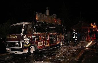 Suluova'da seyyar köfte aracı yandı: 1 yaralı