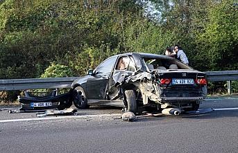 Anadolu Otoyolu'nda hafif ticari araç emniyet şeridindeki otomobile çarptı: 2 yaralı