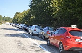 Bartın'da kestane toplamak isteyen vatandaşlar uzun araç kuyrukları oluşturdu