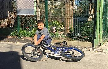 Bartın'da yol kenarındaki çocuğun bisikletini...