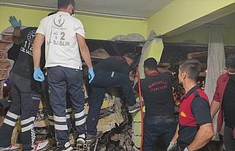 Çorum'da freni patlayan vinç eve çarptı: 4 yaralı