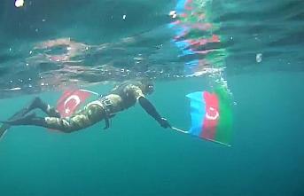 Cumhuriyet Bayramı'nı Türk ve Azerbaycan bayraklarıyla dalış yaparak kutladı