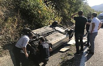 Devrilen otomobilin içinde sıkışan sürücüsü kurtarıldı