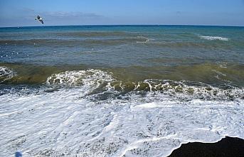 Düzce'de sağanak sonucu oluşan çamurlu su denizin rengini değiştirdi
