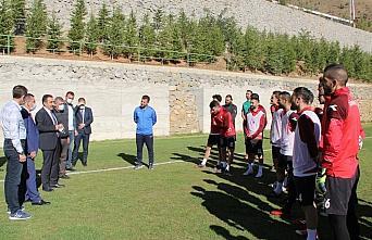 Gümüşhane Emniyet Müdürü Celal Taşçı'dan futbolculara tatlı ikramı