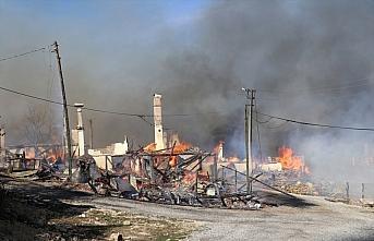 GÜNCELLEME 3 - Bolu'da bir köy evinde çıkan ve çevredeki evlere de sıçrayan yangın söndürüldü