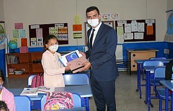 Hayırsever vatandaş köy okulu öğrencilerine tablet hediye etti