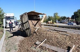 Kastamonu'da küspe yüklü traktör ile kamyon çarpıştı: 2 yaralı
