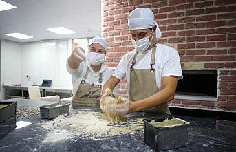 KOSGEB desteği alan anne-oğul, babaanne tarifiyle ekşi mayalı ekmek yapıyor