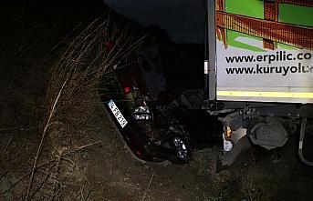 Makaslayan tırın çarptığı otomobilin sürücüsü yaralandı