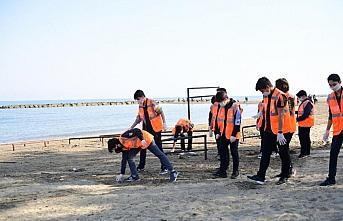 Ordu'da kumsalda ders gören öğrenciler teneffüste çöp topladı