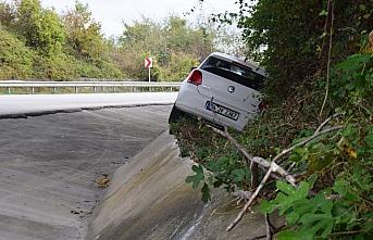 Otomobiliyle yol kenarındaki duvarının üstüne çıktı