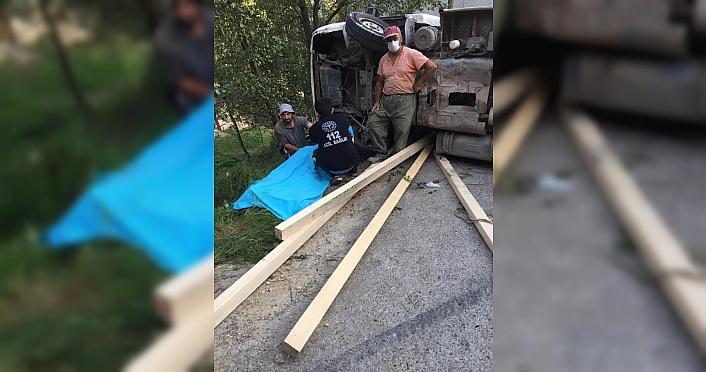 Rize'de hafriyat yüklü kamyon devrildi: 1 ölü, 2 yaralı