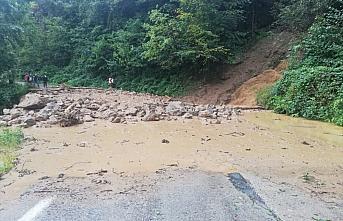 Rize'de şiddetli yağış nedeniyle iki ev zarar gördü, 20 köy yolu ulaşıma kapandı