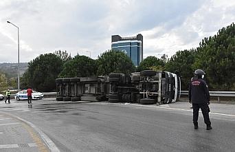 Samsun'da devrilen tırın sürücüsü yaralandı