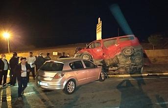 Samsun'da otomobil ile minibüs çarpıştı: 3 yaralı