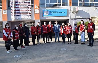 Türk Kızılay'dan öğrencilere kışlık kıyafet yardımı