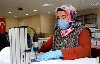 Amasyalı kadınlar günlük 70 bin maske üreterek...