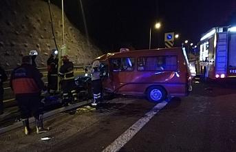Anadolu Otoyolu'nda minibüs bariyerlere çarptı: 7 yaralı