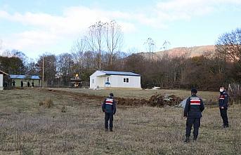 Bolu'da yayladaki evlerin çevresine yapılan tel...
