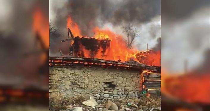 Boyabat'ta çıkan yangında tek katlı ev kullanılamaz hale geldi