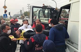 Düzce'de trafik kazası sonrası araçta sıkışan sürücüyü itfaiye kurtardı