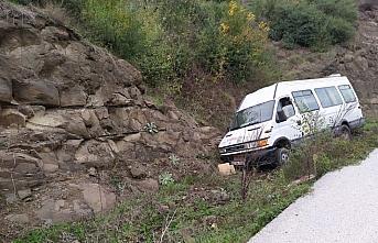 Düzce'de yolcu minibüsü şarampole devrildi: 4 yaralı