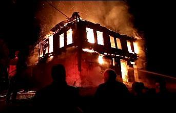 Göynük'te iki katlı ahşap ev yandı