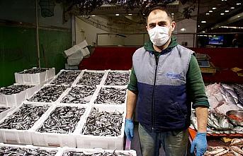 Karadeniz'de tezgahlarda hamsi bolluğu
