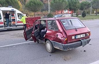 Samsun'da hafif ticari araç ile otomobil çarpıştı: 2 yaralı