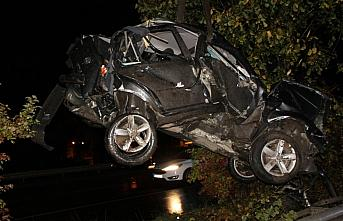Samsun'da otomobil aydınlatma direğine çarptı: 3 yaralı