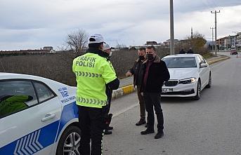 Akçakoca'da kısıtlamada görev yapan polislere...