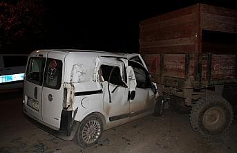 Bafra'da hafif ticari araç römorka çarptı: 1 yaralı