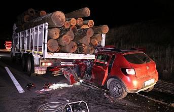 Bolu'da otomobil tomruk kamyonuna çarptı: 2 yaralı