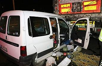 Bolu'da tıra çarpan hafif ticari araçtaki 3 kişi yaralandı