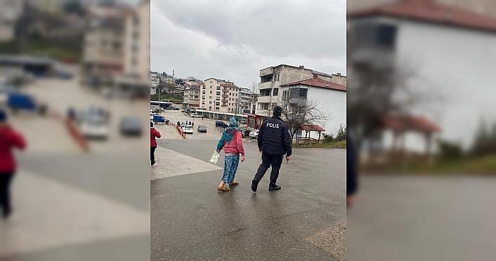 Düzce'de evinin yolunu kaybeden kadına polis yardım...