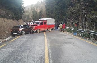 Giresun'da kamyonet ile otomobil çarpıştı: 1ölü,...