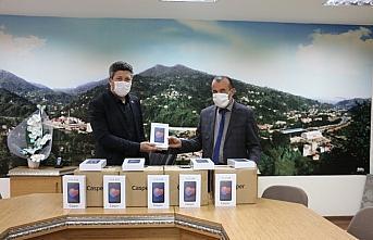 Güneysu'da ihtiyaç sahibi öğrencilere tablet dağıtıldı