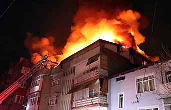 Karabük'te çatı katında yangın çıkan binada...