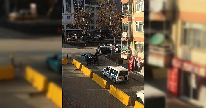 Polis ve bekçiler arıza yapan aracı iterek yol kenarına aldı