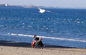 Samsun'da vatandaşlar sahilde güneşli havanın...
