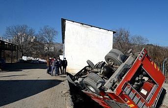 Tokat'ta itfaiye aracı devrildi: 2 yaralı
