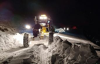 Trabzon'da kar nedeniyle kapanan mahalle yollarının...