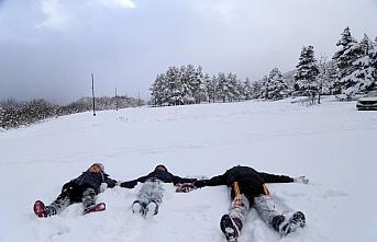 Abant Tabiat Parkı'na gelen ziyaretçiler karın keyfini çıkardı