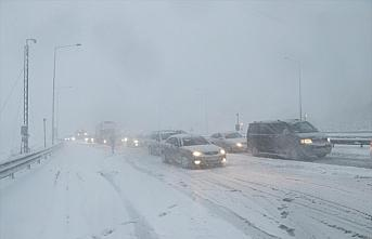 Anadolu Otoyolu'nun Bolu kesiminde yoğun kar ve tipi...