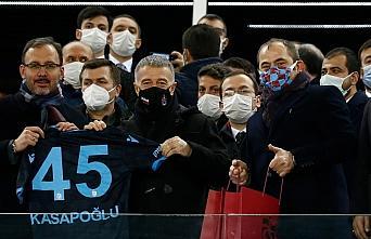 Bakan Kasapoğlu'na Trabzonspor forması hediye edildi