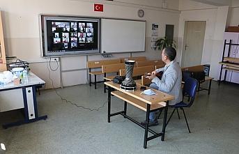 Bakan Selçuk Karabüklü öğrencilerle çevrimiçi...