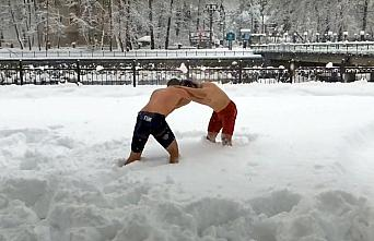 Bartın'da antrenman yapan güreşçiler kar üzerinde güreş tuttu