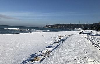Bartın'da sahil şeridi beyaz örtüyle kaplandı