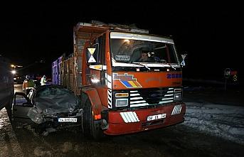 Bolu'da otomobil kamyonla çarpıştı 2 kişi yaralandı